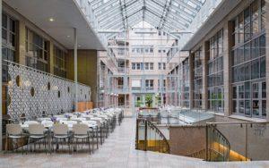 Atriumet i Holbergs Terrasse er luftig med god takhøyde og har rom for å skape stemningsfulle selskaper