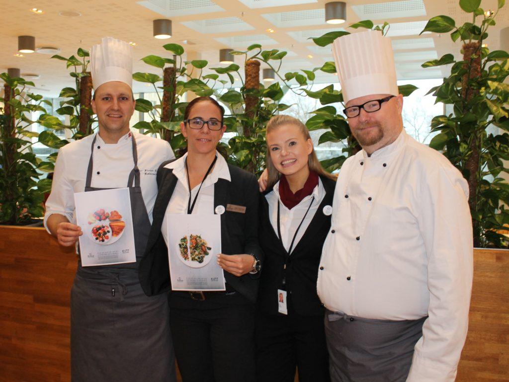 4 av Eurests ansatte på NHO-kantinen med matsvinnplakater