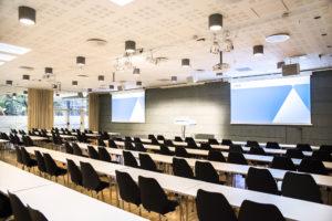 NHO Møtesenter. Møterom Gustav Vigeland med klasseromsoppsett