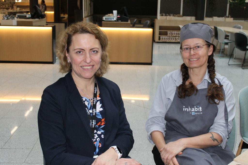 Bilde av Krasimira Landsverk og Irene Håbrekke i kantinen på Sundtkvartalet
