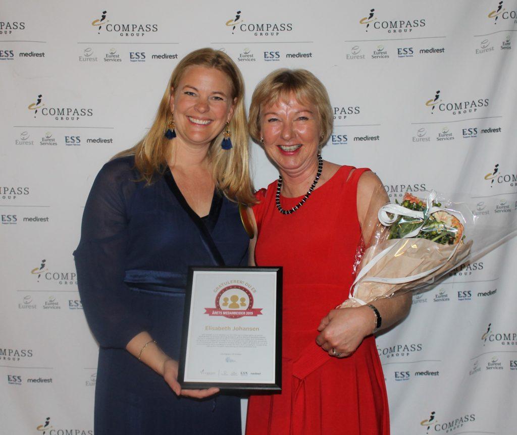 Bilde av Compass Groups administrerende direktør Kathinka Friis-Møller og årets medarbeider Elisabeth Johansen på Eurests Vårfest 2019